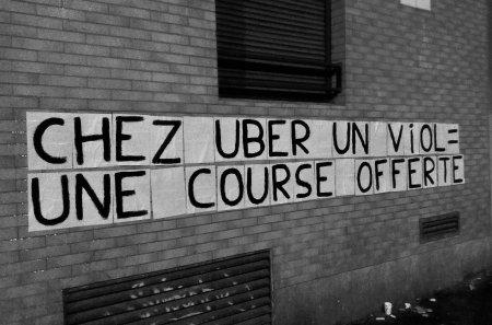 Les colleuses dénoncent Uber, protecteur des aggresseurs